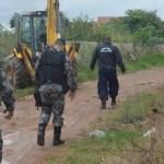 REGIÃO DOS LAGOS – Muro construído em área pública é derrubado em Rio das Ostras