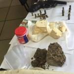 AÇÕES POLICIAIS – PM detém dupla suspeita de assaltos com arma e drogas em Arraial