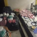 AÇÕES POLICIAIS – Homens são presos com arma e carga de drogas em Cabo Frio