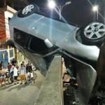 ACIDENTE – Carro fica pendurado pelo para-brisas em lateral de ponte em Rio das Ostras