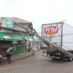 ACIDENTE – Caminhão baú derruba dois postes e fiação de energia em Macaé