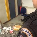 AÇÕES POLICIAIS – Jovem é detido com granada e drogas após denúncia em Rio das Ostras