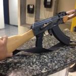 AÇÕES POLICIAIS – Homem é detido com fuzil AK-47 e colete à prova de balas em Cabo Frio