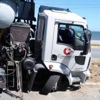 ACIDENTE – Caminhão desvia de carro e bate  em árvore em Araruama