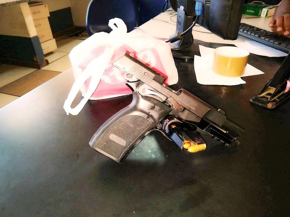AÇÕES POLICIAIS - Homem é detido com pistola, munição e 310 sacolés de cocaína em São Pedro da Aldeia