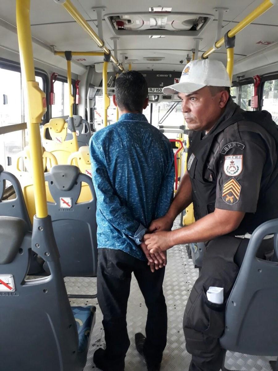 AÇÕES POLICIAIS - Suspeito de assaltar ônibus intermunicipais é detido com arma falsa em São Pedro da Aldeia