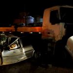 ACIDENTE – Acidente entre carro e carreta deixa dois mortos e um ferido em Araruama
