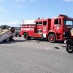 ACIDENTE – Carro de empresa colide contra caminhão e vira em São Pedro da Aldeia