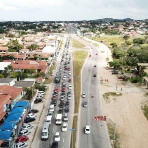 Protesto de caminhoneiros deixa trânsito em meia pista na RJ-106, em São Pedro da Aldeia; aulas foram suspensas na rede municipal