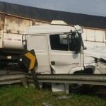 ACIDENTE – Dois morrem e três se ferem em colisão que deixou carreta retorcida na BR-101