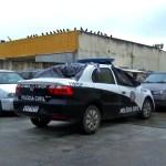 ARARUAMA – Homem incendeia viatura na delegacia de Araruama, faz ameaças com líquido inflamável e acaba baleado