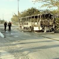 CABO FRIO – Ônibus circulam com atraso em Tamoios, Cabo Frio, depois que um veículo foi incendiado