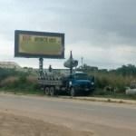 ACIDENTE – Carreta atinge rede elétrica na RJ-106 e deixa moradores do bairro Bananeiras, em Araruama, sem luz