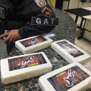 AÇÕES POLICIAIS – Casal é preso em São Pedro da Aldeia com 4Kg de pasta base de cocaína