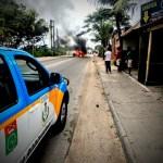 AÇÕES POLICIAIS – Carro é incendiado e interdita trecho da RJ-106 na manhã deste sábado