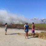 CABO FRIO – Incêndio atinge área de vegetação próxima à Praia do Forte, em Cabo Frio