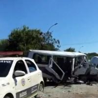 ACIDENTE – Colisão entre carro e van deixa 17 feridos na RJ-102, em Búzios