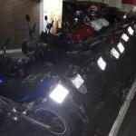 AÇÕES POLICIAIS – Policiais são recebidos a garrafadas e apreendem motos e carros em operação em Cabo Frio