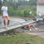ACIDENTE – Mulher fica ferida ao ser atingida por poste em acidente em Saquarema