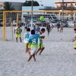 """ESPORTE – Novo núcleo do """"Movimenta São Pedro"""" oferece aulas gratuitas de beach soccer no bairro Balneário"""