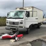 ACIDENTE – Motociclista é arremessado no para-brisa de caminhão em acidente na RJ-140