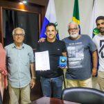 SÃO PEDRO DA ALDEIA – PREFEITO CLÁUDIO CHUMBINHO RECEBE PROJETO SOBRE PLANO MUNICIPAL DE TURISMO