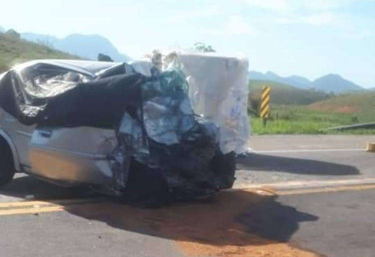 Quatro pessoas morrem em acidente entre carro e carreta na BR-101, em Macaé, no RJ