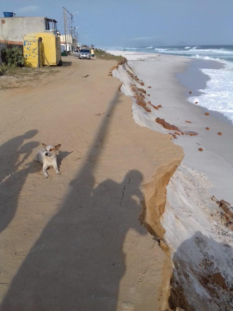 Mar avança e Defesa Civil interdita 13 casas em Arraial do Cabo, no RJ — Foto: Internauta/Arquivo pessoal