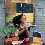 """Escritora Ana Carolina Moreira fala sobre seu primeiro livro """"Continuar é Preciso"""""""