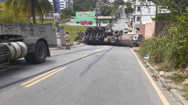 Caminhão-tanque carregado com material asfáltico tomba e deixa rua interditada em Macaé,