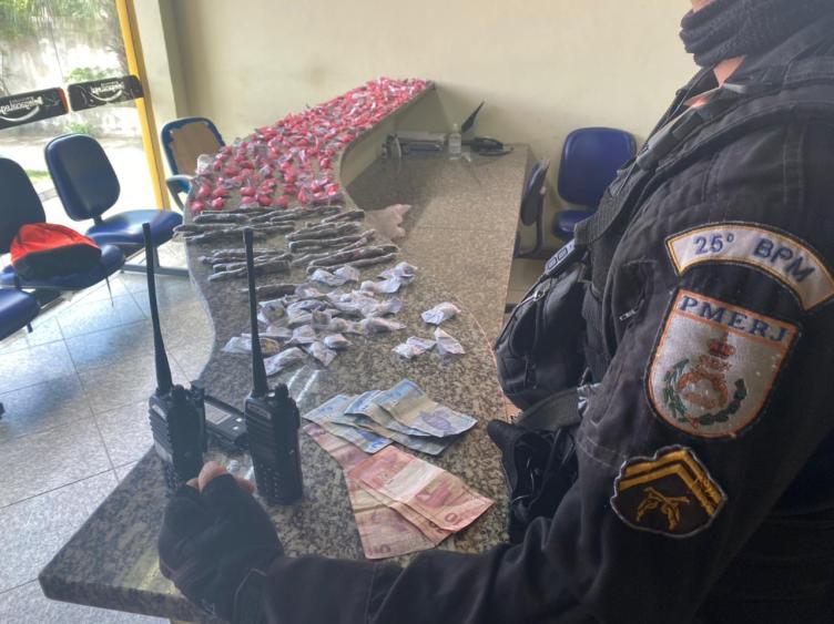 PM prende 2 homens com drogas no bairro Morro dos Milagres