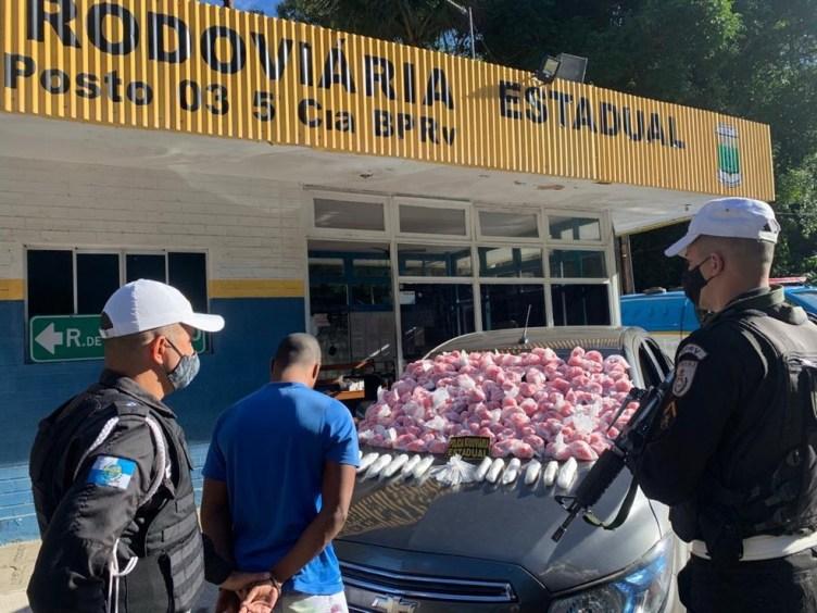 Polícia Rodoviária apreende drogas em carro de transporte por aplicativo na RJ-106