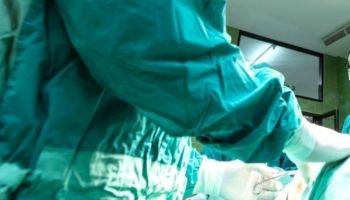 Una mujer se somete a una cirugía plástica y los médicos le