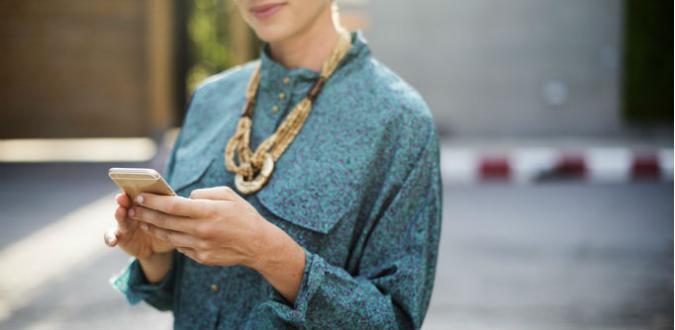 smartphone na mão 2 - 5 hábitos saudáveis na utilização do telemóvel