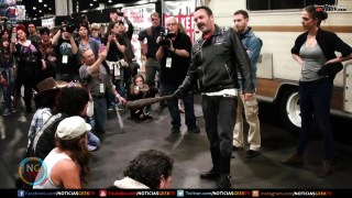 Walking Dead Fan recrean la escena de Negan   Walker Stalker 2017
