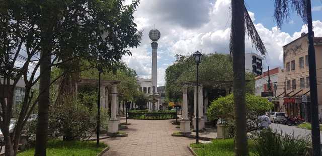 A foto mostra a Praça do Globo, ponto turistico de Barbacena, totalmente vazia.