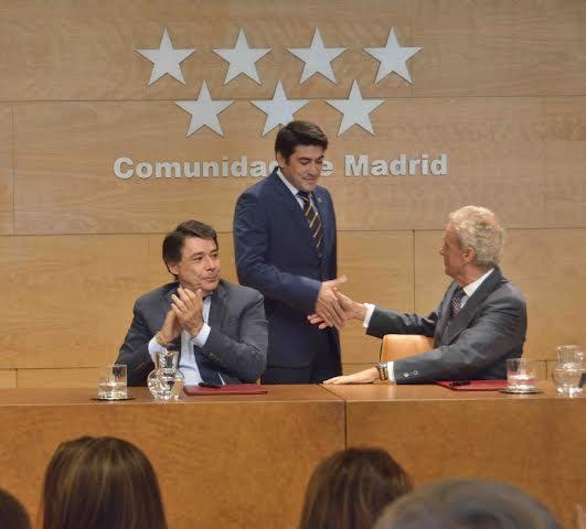 David Pérez, Presidente de la Federación de Municipios de Madrid saludando al Ministro de Defensa, Pedro Morenés. Foto / Comunidad de Madrid