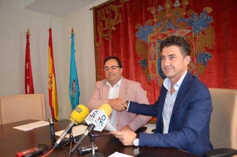 Acuerdo de Gobernabilidad PSOE-IU. A la izda. Santiago Llorente, a la dcha. Rubén Bejarano