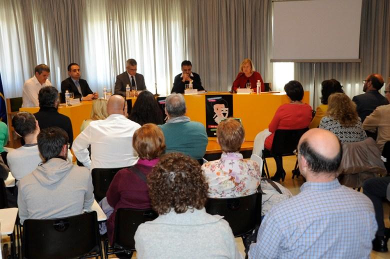 El alcalde de la ciudad, David Lucas, acompañado por el concejal de Cultura y Deportes, Agustín Martín, y el edil de Urbanismo y Vivienda, Eduardo Gutiérrez, han asistido a la inauguración de la Muestra en el Centro Cultural Villa de Móstoles.