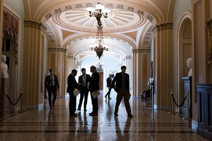 Maratónica sesión en el Senado federal rechaza aumento al salario mínimo