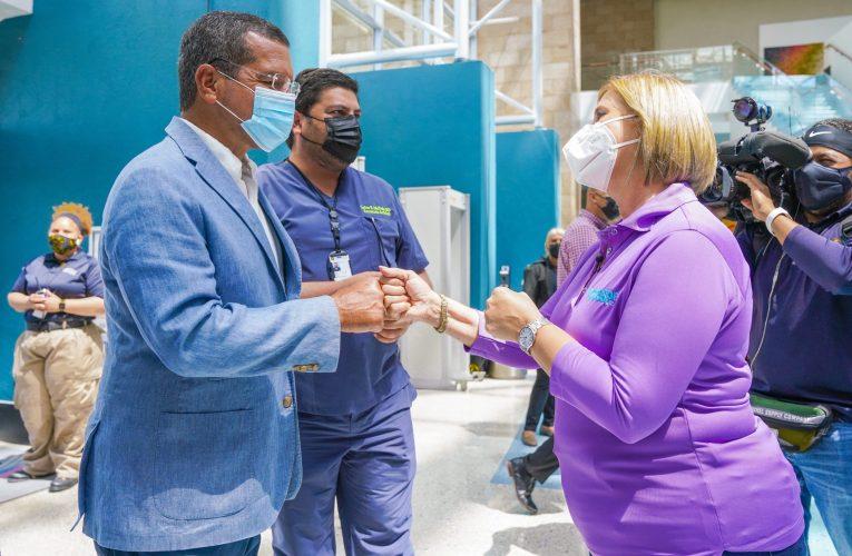 Gobernador visita vacunación masiva del Departamento de Salud en Centro de Convenciones