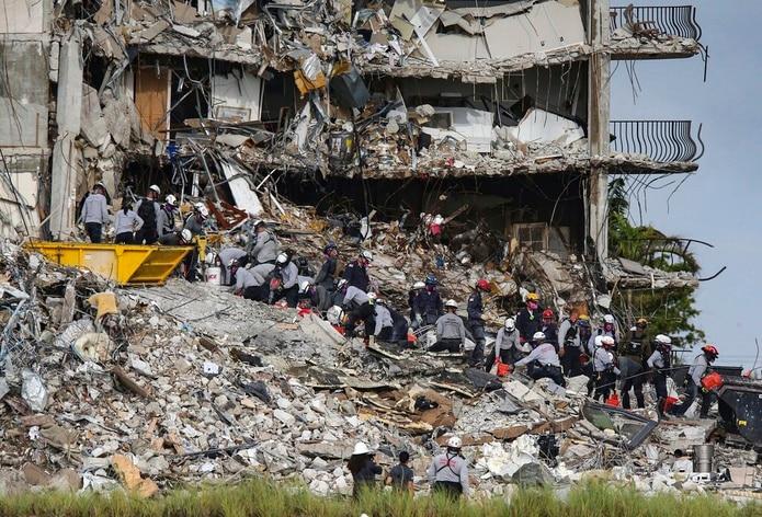 Equipos de búsqueda y rescate buscan sobrevivientes en el edificio residencial Champlain Towers South, en Surfside, Florida.