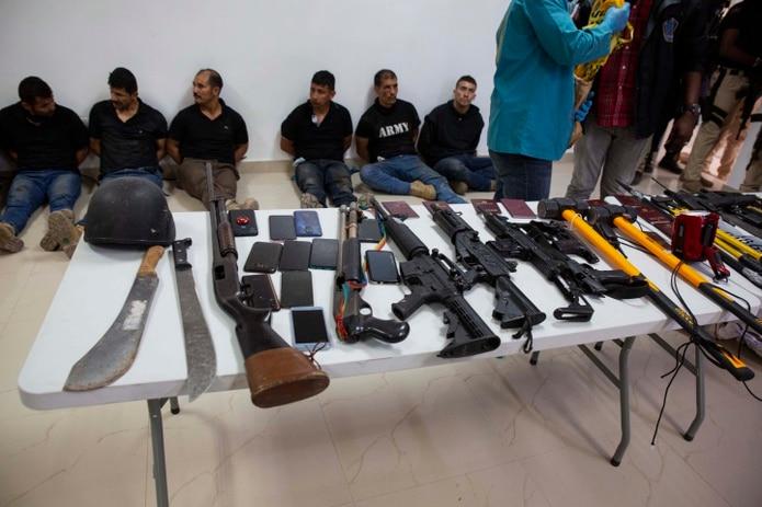 Sospechosos del asesinato del presidente de Haití, Jovenel Moise, son mostrados a los medios de comunicación, junto con las armas y el equipo que presuntamente utilizaron en el ataque.