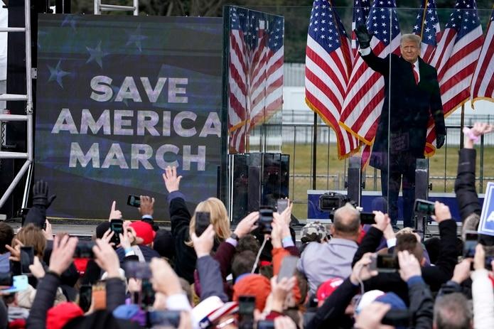 El presidente Donald Trump arriba el 6 de enero de 2021 a un mitin de sus simpatizantes, en Washington. (AP Foto/Jacquelyn Martin, archivo)