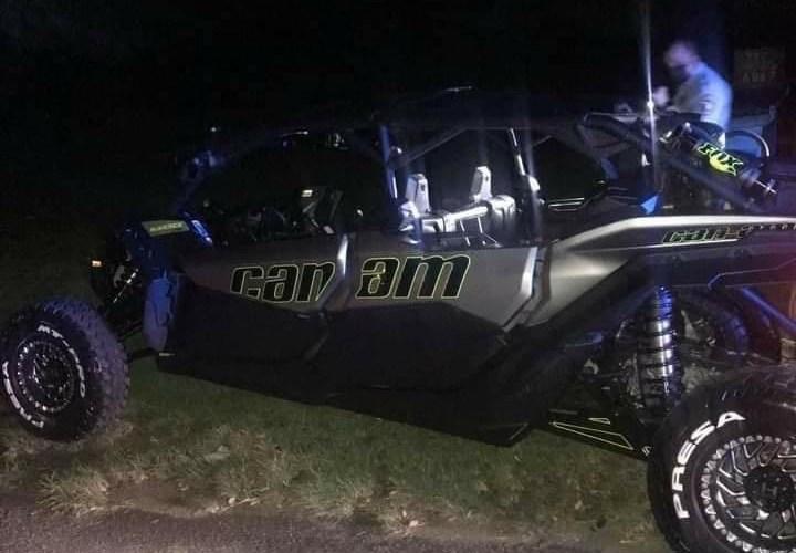 Motociclista muere al impactar un vehículo Can-Am que daba vueltas en medio de la carretera.
