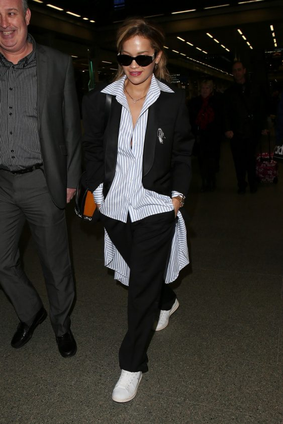 Rita Ora.¿Que opinas que camisetas no estará en la calle? Este look le mostrará que te equivocas: intentar usar una camisa Oxford con pantalones de chándal, se verá muy fresco y original!