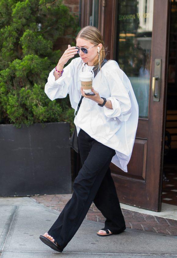 Ashley Olsen. Refiere a la moda y la propiedad intelectual: tu camisa se convierte en una especie de túnica de gran tamaño, estrictamente para ser usado con los pantalones para los hombres y apartamentos. ¿Y su cabello? ¡En un moño, por supuesto!