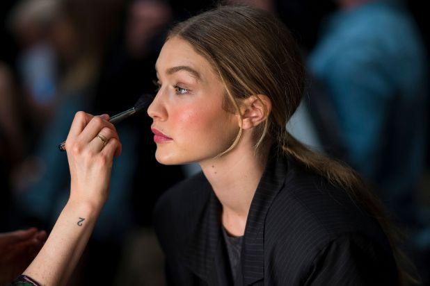 NUEVA YORK, NY - 11 de febrero: Gigi Hadid se prepara en el backstage antes del espectáculo Prabal Gurung durante la Semana de la Moda de Nueva York en la Galería I de Spring Studios el 11 de febrero de 2018 en la ciudad de Nueva York. (Foto de Michael Stewart / WireImage)