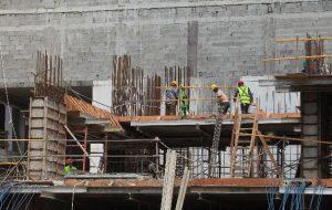 Dispone aumento salarial de 16 y 14% para carpinteros y plomeros