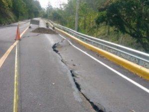 Lluvias agrietan recién inaugurada carretera Manabao
